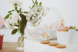 un bar à bonbons original pour votre cocktail mariage