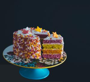 magnifique gateau d'anniversaire coloré