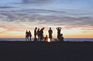 sur la plage soirée festive entre amis